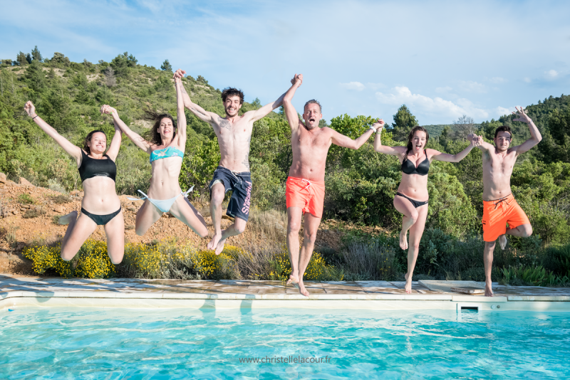 Photo de famille fun au bord d'une piscine à Toulouse