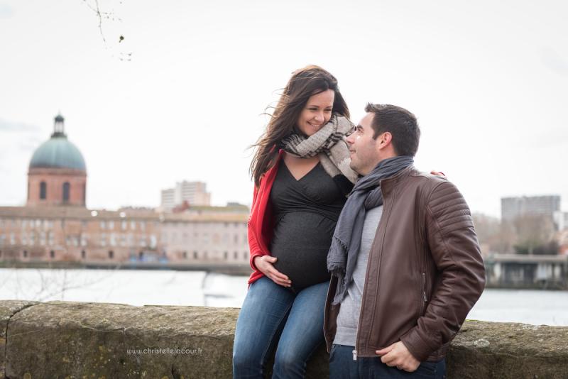 Séance photo de grossesse au centre ville de Toulouse, deux futurs parents amoureux au bord de la Garonne près de la Grave