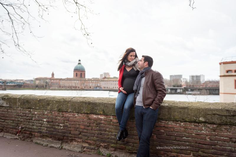 Séance photo de grossesse au centre ville de Toulouse, deux futurs parents amoureux sur les berges de la Garonne près de la Grave