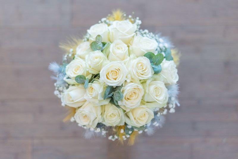 Photographe de mariage à Toulouse au Manoir du Prince Christelle Lacour Photographe, le bouquet de roses blanches de la mariée