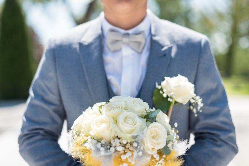 Photographe de mariage à Toulouse au Manoir du Prince Christelle Lacour Photographe, le bouquet de roses blanches dans les mains du marié