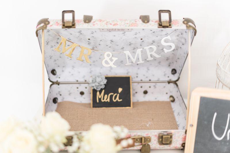 Photographe de mariage à Toulouse au Manoir du Prince Christelle Lacour Photographe, urne en valise rétro