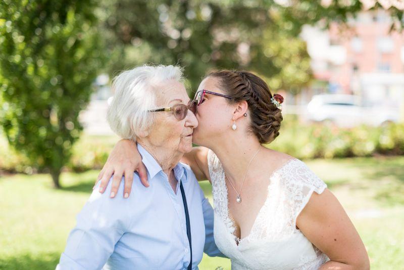 Photographe de mariage à Toulouse - Complicité de la mariée et de sa grand-mère - Christelle Lacour Photographe