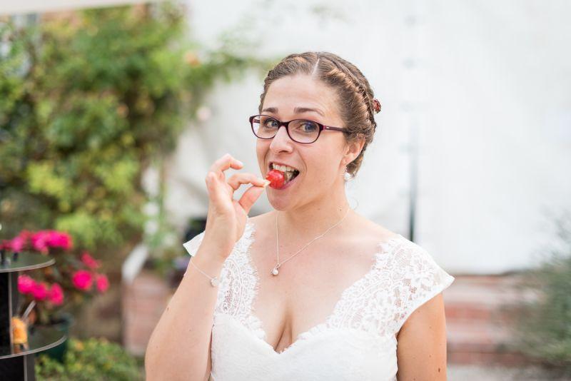 Photo de bonne humeur au vin d'honneur - mariage au domaine de Pagayrac - Christelle Lacour Photographe