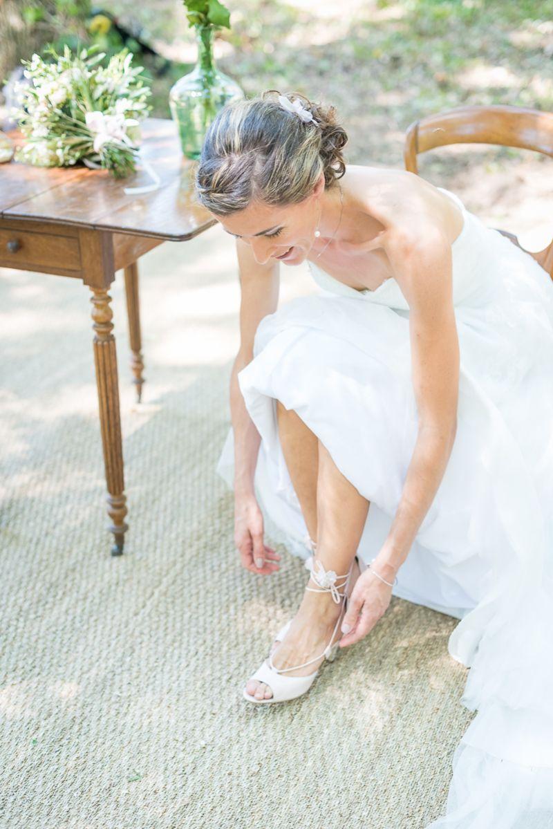 Le laçage des chaussures rose de la mariée, Christelle Lacour Photographe