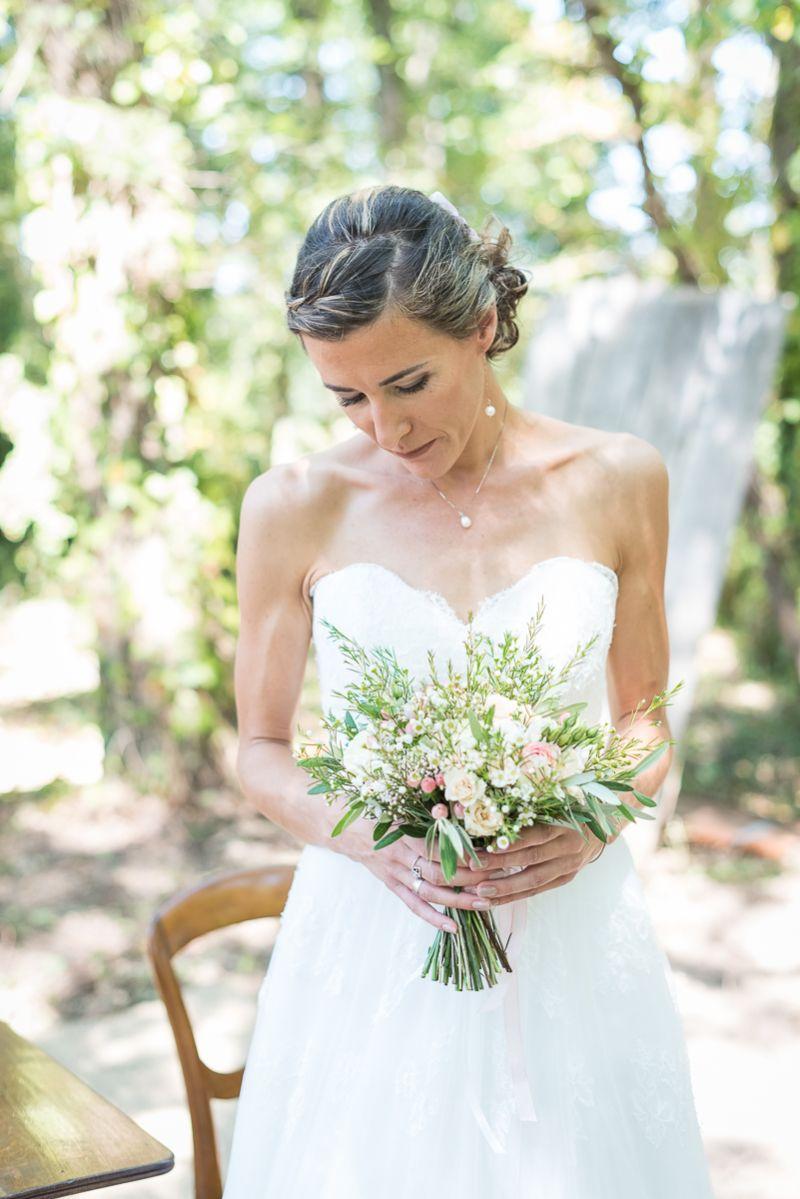 Le bouquet champêtre de la mariée, préparatifs dans les bois dans le Tarn, Christelle Lacour Photographe