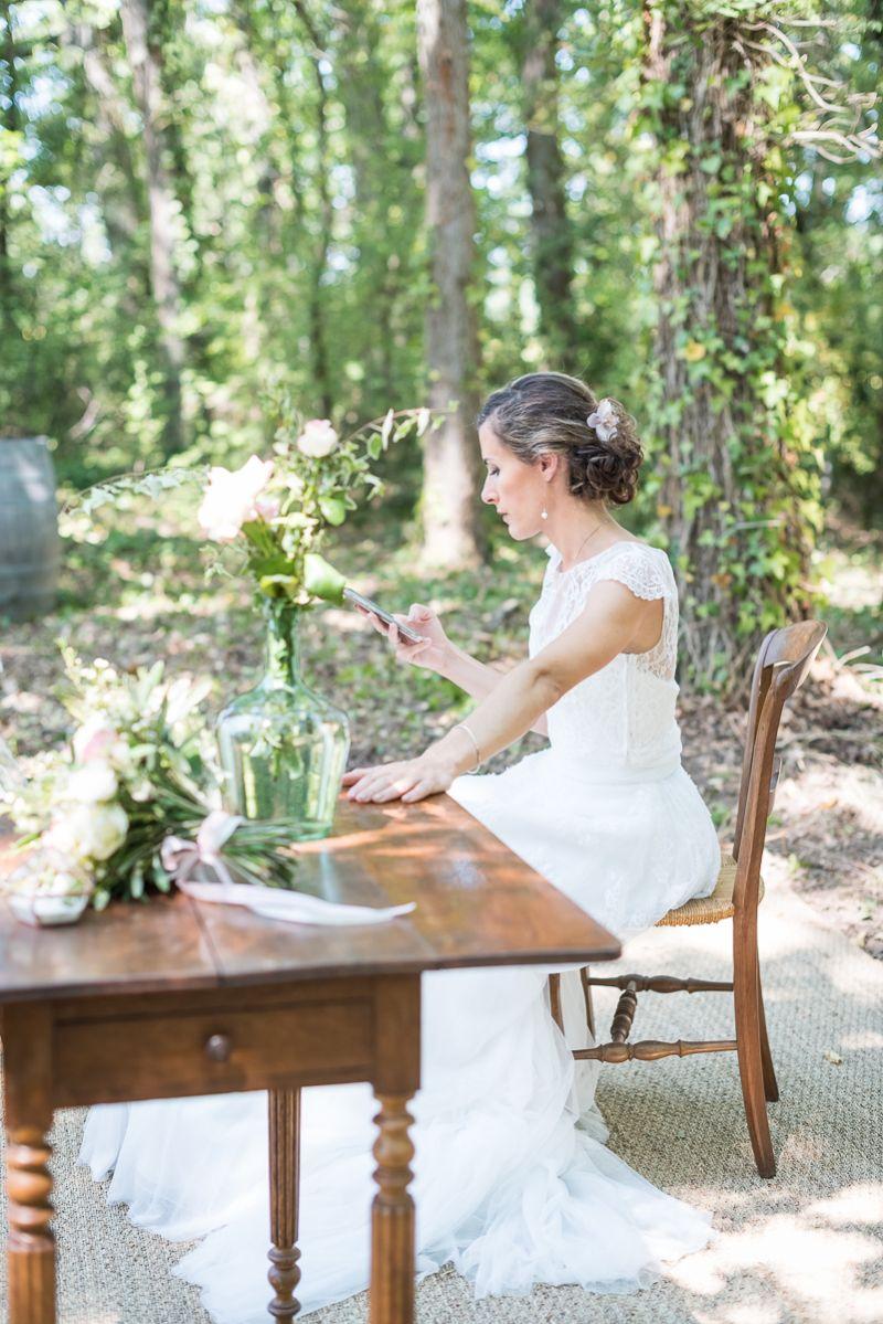 Préparatifs de la mariée dans les bois dans le Tarn, décor rustique vintage, Christelle Lacour Photographe