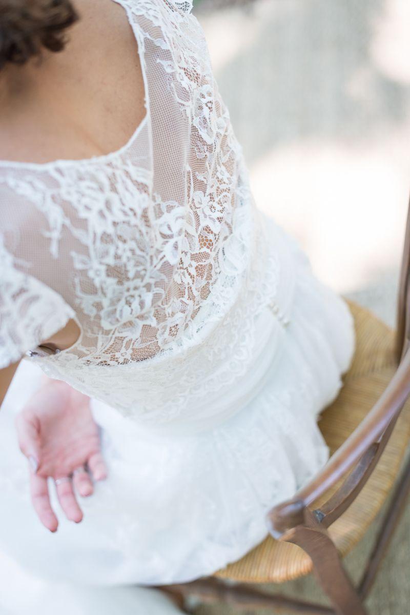 Le boléro en dentelle de la mariée, préparatifs dans les bois, Christelle Lacour Photographe