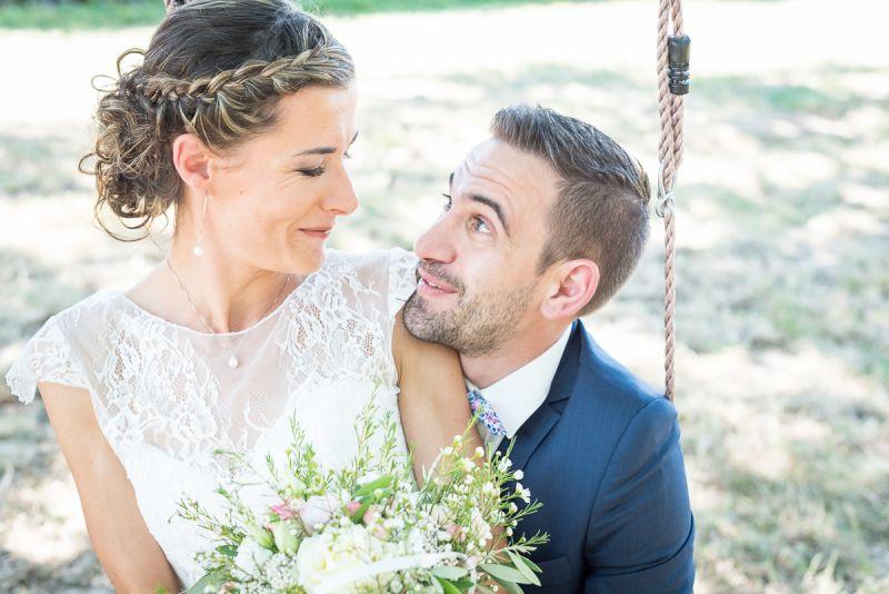 La découverte des mariés après les préparatifs dans les bois près de Lavaur dans le Tarn, Christelle Lacour Photographe