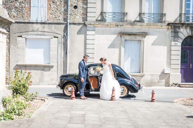 Arrivée des mariés à l'église près de Lavaur en traction, Christelle Lacour Photographe