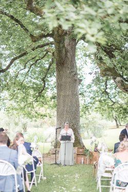 Cérémonie laïque bilingue français-anglais sous un chêne centenaire aux Jardins de Coursiana dans le Gers
